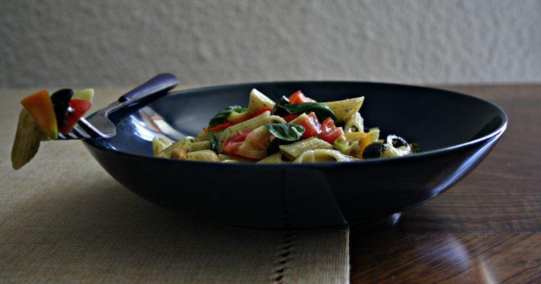 Pasta fredda con pesto al basilico e verdure