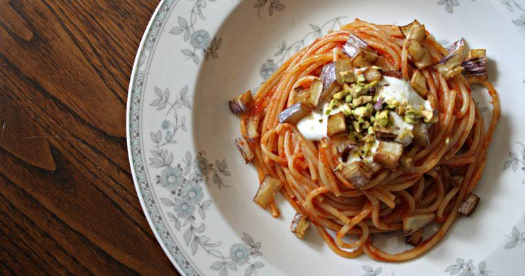 Spaghetti rossi piccanti con burrata melanzana e pistacchi