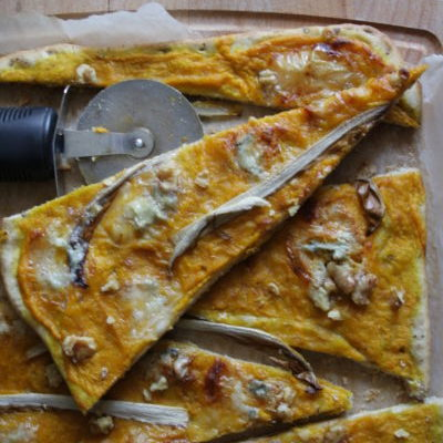 pizza al farro e grano saraceno con crema di zucca radicchio fiocchi di gorgonzola e noci