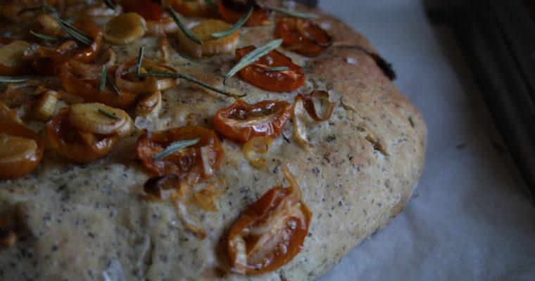 Focaccia alle due farine con porro e pomodorini