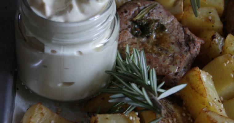 Fettine di filetto di maiale allo zenzero con patate al limone, erbe aromatiche e sesamo