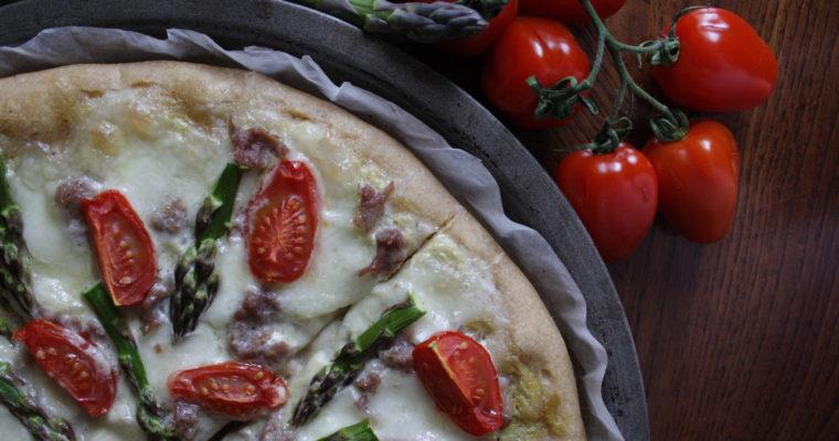 Pizza ai due asparagi -con pomodorini picadilly, salsiccia e mozzarella di bufala-