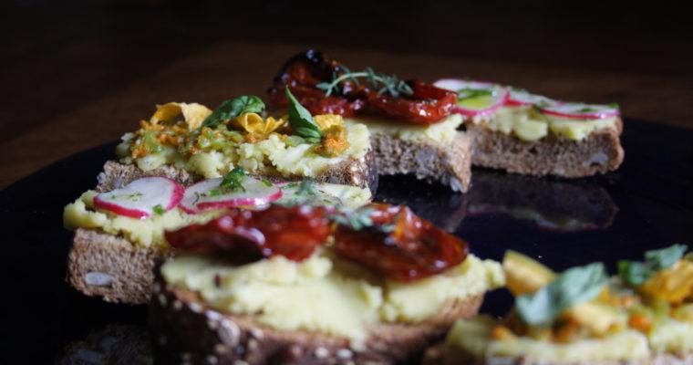 Crostini fantasia dell'orto -con hummus-
