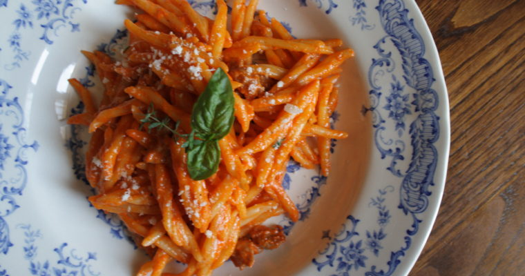 Trofie alla crema di peperone rosso arrostito e salsiccia con – timo, basilico, curcuma-