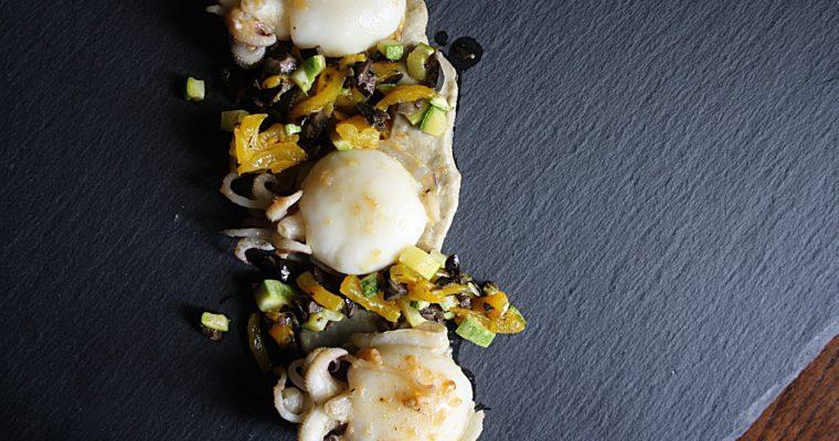 Calamari alla piastra con crema di melanzana -e insalatina di peperone giallo, zucchina e olive nere-