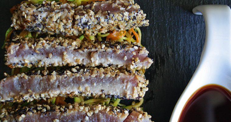 Tataki di tonno in crosta di semi – con carote, zucchine e porro –