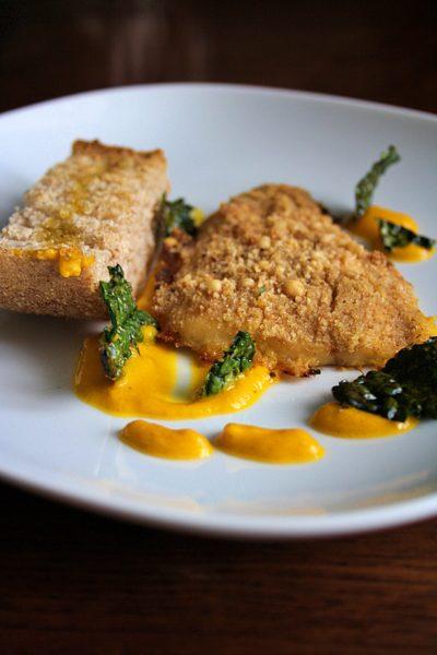 Filetto di persico in crosta – con crema di zucca, chips di cavolo nero e crostone di pane –