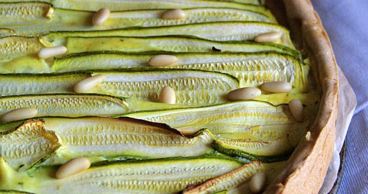 Tarte di ricotta e erbe aromatiche  – con pesto, pinoli e zucchine –
