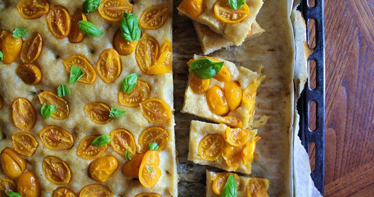 Focaccia con pomodorini gialli e basilico