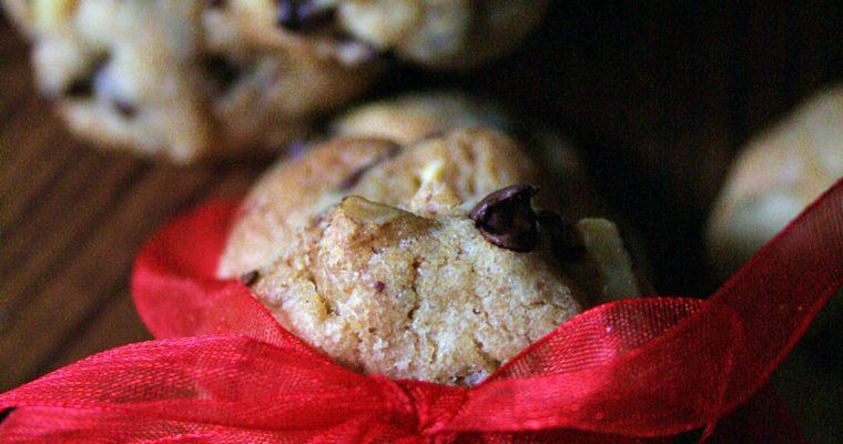 Mini cookies con gocce di cioccolato fondente, nocciole e noci
