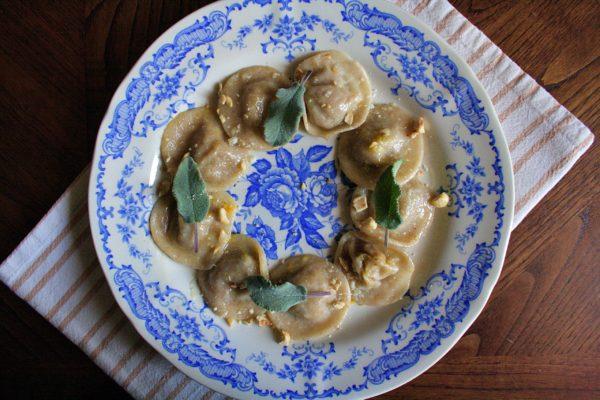 Ravioli tondi di zucca, patate e radicchio – con burro, salvia e nocciole –