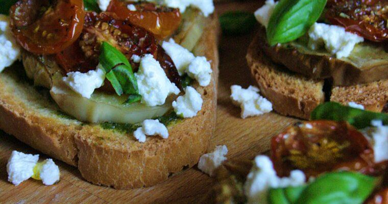 Bruschette – con melanzana bianca, pomodorini confit, pesto e formaggio –