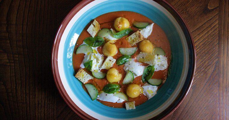 Gazpacho piccante di pomodori arrosto – con burrata e frutta fresca –