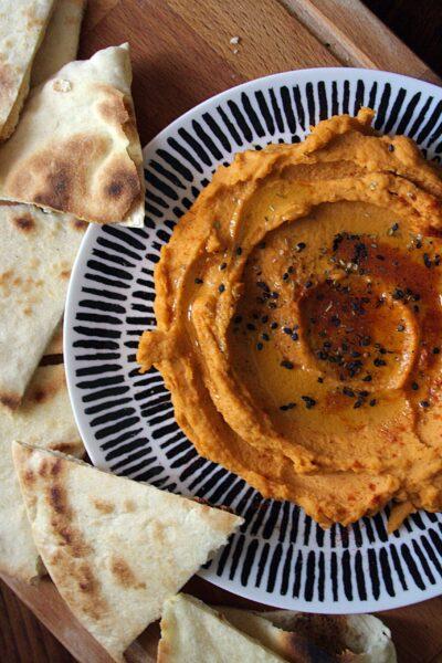 Hummus con paprika piccante e pita