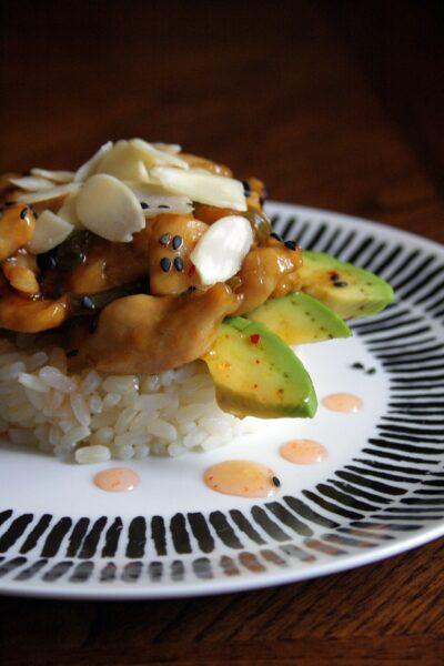 Pollo con peperone, cipollotto, avocado e salsa thai – con riso allo zenzero –