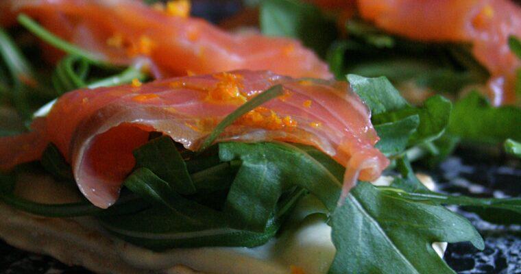 Piadina con salmone al mandarino, crema di cavolfiore e rucola