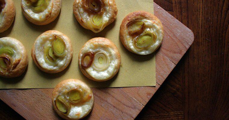 Tartine di pasta sfoglia – con porro caramellato e besciamella –