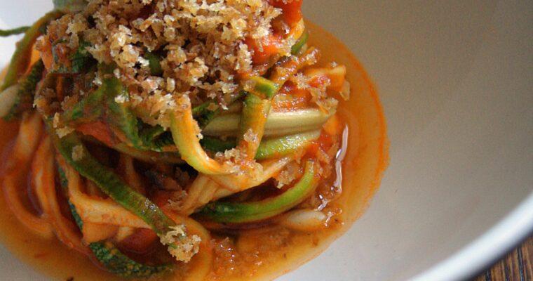 Spaghetti di zucchina con pomodoro piccante, funghi e mollica croccante