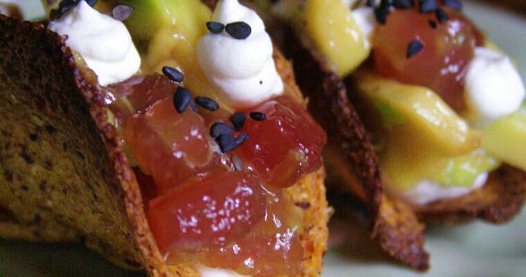 Mini tacos con tartare di tonno piccante – zenzero fresco, miele e avocado –