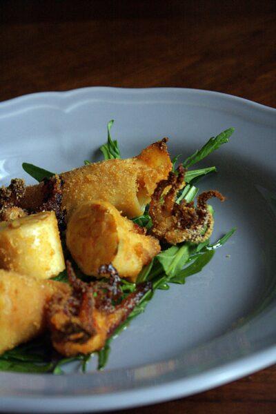 Calamari al forno ripieni – con patate, pomodori, erba cipollina, limone e paprika piccante –