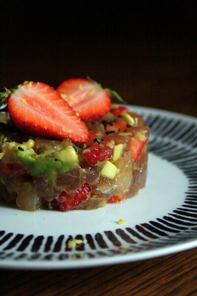 Tartare di pesce spada e tonno – con fragole, avocado, limone e zenzero –