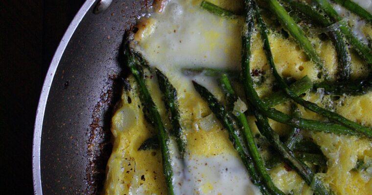 Frittata in padella – con formaggi, asparagi e porro –