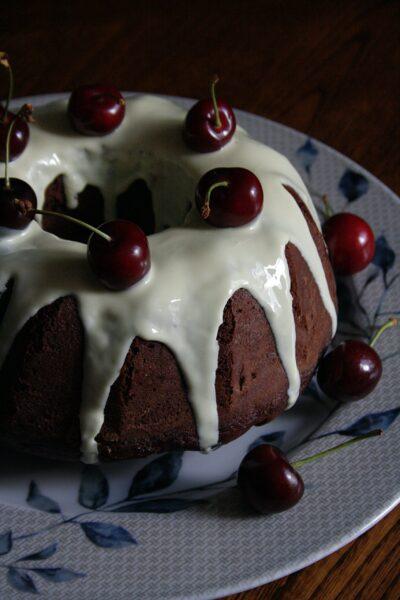 Ciambella semi integrale alle ciliegie, lime e cioccolato