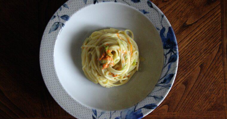 Spaghetti con crema di parmigiano allo zafferano con fiori di zucca