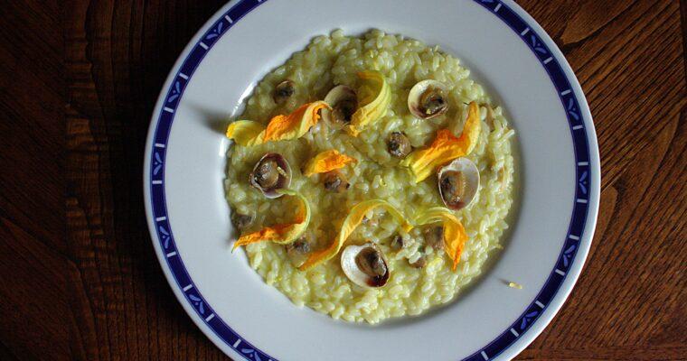Risotto alla crema di zucchine – con fiori di zucca, limone e vongole –