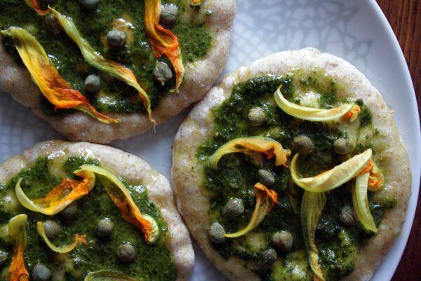 Pizzette in padella – con pesto al basilico, capperi e fiori di zucca –