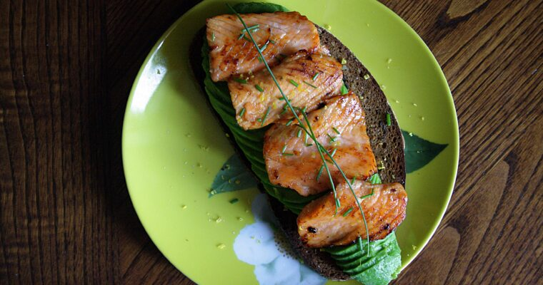 Avocado toast con salmone marinato agli agrumi, erba cipollina e miele