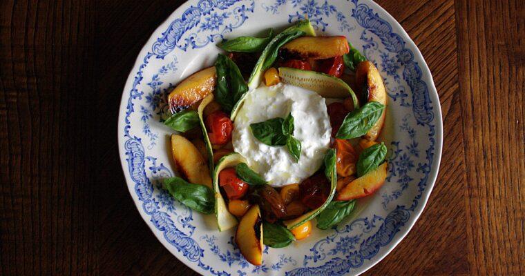 Insalata di pomodorini e pesche grigliate – con zucchina, basilico e stracciatella –